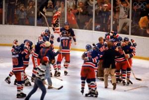 Les Américains qui n'en reviennent pas d'avoir gagné l'or au hockey. Source: http://olympic.org