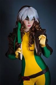 La jeune cosplayeuse Monika Lee avec son costume de Rogue de la série animée X-Men.