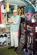 Forrest J Ackerman avec une partie de sa collection. (source: wikipedia)