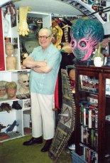Forrest J Ackerman avec une partie de sa collection. (source: wikipedia)
