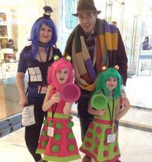 Le cosplay, c'est pour tout le monde. Alors pourquoi ne pas y aller en famille? Voici  donc le papa 4e Docteur, la maman TARDIS et deux petites Daleks toutes migonnes (Doctor Who).  source