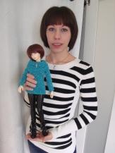 Stéphanie et l'une de ses poupées