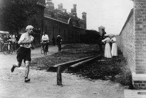 Dorando PIetri pendant le marathon. Source: olympic.org